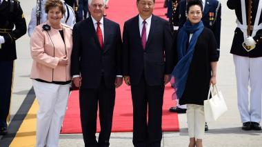 El secretario de Estado de EEUU, Rex Tillerson y su esposa Renda St. Clair, posan junto al presidente de  China Xi Jinping, y su esposa Peng Liyuan cuando llegan al Aeropuerto Internacional de Palm Beach.