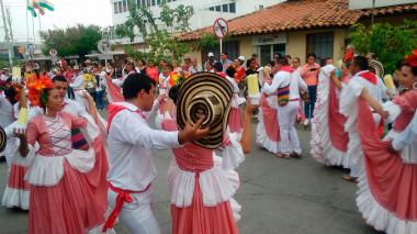 Los bailarines desfilan por las calles de la plaza del barrio Santa Teresa.