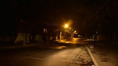 En la calle 70 con carrera 56, en las cercanías del Hotel El Prado, solo habían 2 lámparas de neón alumbrando la cuadra.