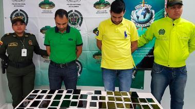 Capturan a dos hombres con 56 celulares iPhone robados