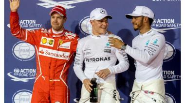 Valtteri Bottas junto a Lewis Hamilton (D) y Sebastian Vettel (L)