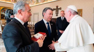 Álvaro Uribe y Juan Manuel Santos, reunidos con el papa Francisco el pasado 16 de diciembre.
