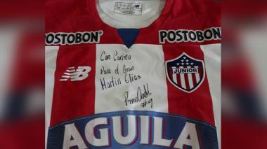 La camiseta que le iba a regalar Roberto Ovelar a Martín Elías.