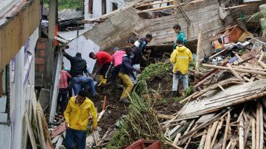 Damnificados buscan entre los escombros que dejó la tragedia por la ola invernal en Manizales.