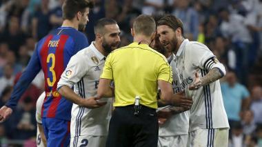 Carvajal y Sergio Ramos le protestan al árbitro la expulsión del central merengue.