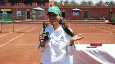 María Fernanda Herazo con el trofeo de subcampeona.