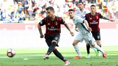 El delantero español del AC Milan, Suso, erra un tiro penal decisivo en el encuentro frente al Empoli.
