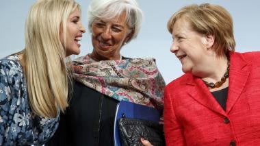 Ivanka Trump (i) habla con Ángela Merkel (d), y Christine Lagarde, en Berlín.