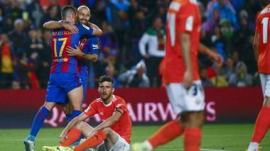 Javier Mascherano (d) celebra con Paco Alcácer su primer gol con el Barcelona.