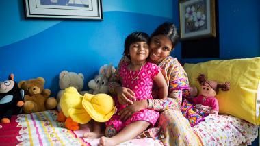 Niña de Bangladesh que nació con tres piernas regresó a su país