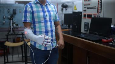 Uniautónoma dona prótesis de mano desarrollada por estudiantes de mecatrónica