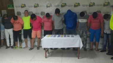 En la foto se retratan a los 11 capturados en Barranquilla. 5 más fueron detenidos en Sincelejo y uno en Santa Marta. Los dos restantes ya se encontraban pagando una pena carcelaria y fueron notificados en la prisión.