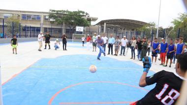 El alcalde Alejandro Char hace un pase con un balón en el juego que se realizó para inaugurar el parque Boyacá.
