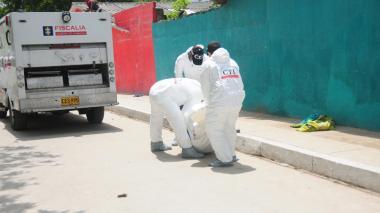 Agentes del CTI realizan el levantamiento del cuerpo del presunto delincuente dado de baja.