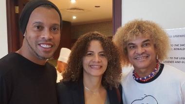 Ronaldinho, Elvira Redondo y Carlos Valderrama en el hotel Radisson Blu en Barein.