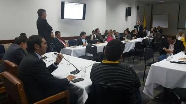 El congresista David Barguil y el Ministro de Hacienda, Mauricio Cárdenas (al fondo de pie) durante la discusión del presupuesto en las comisiones del Senado y la Cámara de Representantes.