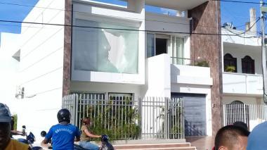 La casa del alcalde finalizó con vidrios rotos.