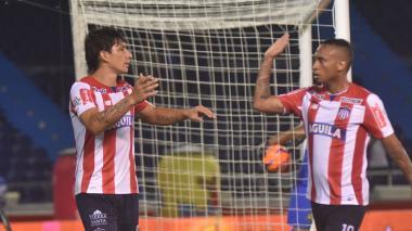 Ovelar celebrando su gol con Jarlan Barrera.