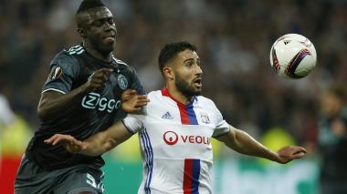 El defensa colombiano Dávinson Sánchez, del Ajax de Holanda, pelea la bola con el atacante Nabil Fekir, del Lyon.