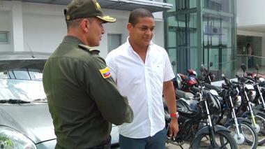 El general Mariano Botero Coy le hace entrega de su vehículo a Eurípides Vidal Effer, una de las víctimas de la nueva modalidad de estafa.