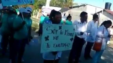 Momento en que los miembros de una misión médica protestan tras agresión.