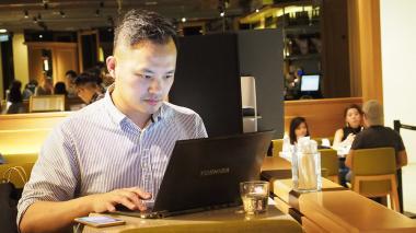 """Un usuario accede a su portátil en Taipei, Taiwán, una de las naciones afectadas por el ciberataque mundial """"Ransomware'."""