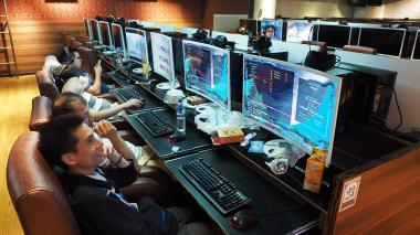 "Usuarios de un café en Taipei observan las computadoras tras el ataque cibernético ""Ransomware' que afectó a un centenar de países."