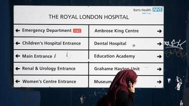 Un aviso se observa en las afueras del Royal London Hospital, en el centro de Londres, afectado por el ciberataque de este viernes en 99 países.