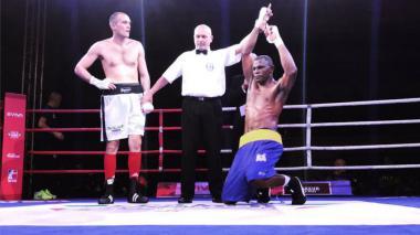 El púgil colombiano Deivis Juio celebra su victoria ante el italiano Amin Ettesami.