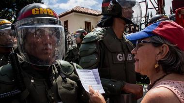 """""""¡Suelta tu arma"""": opositoras venezolanas protestan en Día de la Madre"""