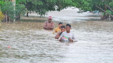Damnificados caminan entre inundaciones en La Guajira