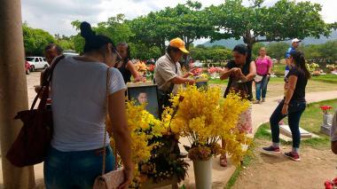 Un mes después de su muerte, sigue romería en la tumba de Martín Elías