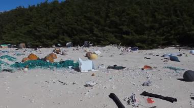 Unos 3.570 deshechos llegan a las costas de esta isla diariamente.