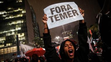 Una persona pide la salida de Temer en medio de protestas en el gigante suramericano.