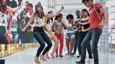 Un grupo de jóvenes puso a 'azotar baldosa' a Paulina Vega