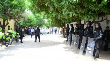Uniformados del Esmad custodian uno de los puestos de votación de la población del Cesar.