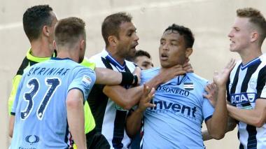 El brasileño Danilo tomó a Luis Fernando Muriel por el cuello. El atlanticense no reaccionó con violencia. Sus compañeros lo apartaron de los jugadores del Udinese.