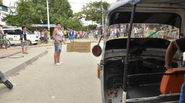 Vecinos del barrio Las Moras protestan por peligrosidad de la vía