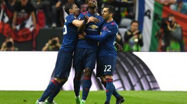 Paul Pogba es felicitado por sus compañeros tras el gol.