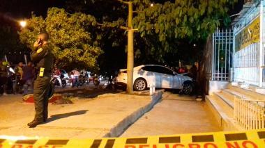 Vehículo Mazda en la que se movilizaban las cuatro personas atacadas a bala.