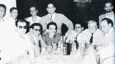 Foto de una amistad: Germán Vargas, Orlando 'Figurita' Rivera, Gabriel García Márquez, Alfonso Fuenmayor y Ramón Vinyes, entre otros contertulios, durante la despedida de Vinyes con motivo de su regreso a Barcelona.