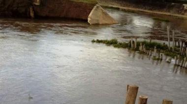 El agua empezó a desbordarse por el canal paralelo al Caño Aguas Negras.