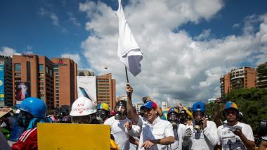 Militares de la Guardia Nacional atacan a Capriles