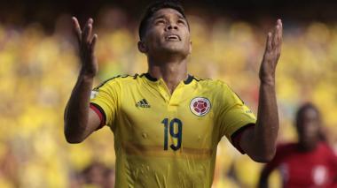 El delantero barranquillero Teófilo Gutiérrez celebrando un gol con la Selección Colombia.