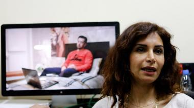 """La directora siria, Rasha Sharbatji, habla sobre su serie dramática televisiva """"Shoq"""", en un estudio de edición en Damasco."""