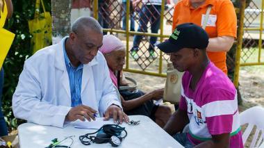 Condecoran en el Congreso al médico de los palenqueros