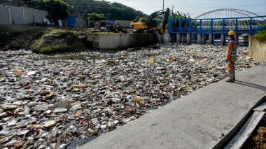 Botellas, vasos y platos desechables, entre la basura.