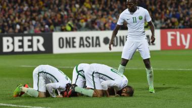 Jugadores saudíes celebran una acción durante el partido