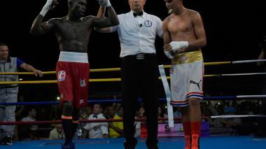 Yuberjen Martínez celebra su triunfo por decisión unánime sobre Jorge Griñán, en el primer enfrentamiento de la selección Colombia ante Cuba que se realizó en Soledad, Atlántico.