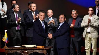 Juan Manuel Santos y Rodrigo Londoño,'Timochenko', firman el acuerdo de paz en el Teatro Colón de Bogotá.